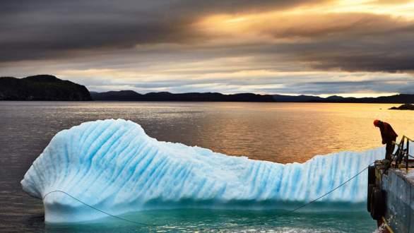 capture-d-un-iceberg-par-l-equipage-du-green-water-au-large-de-terre-neuve-canada
