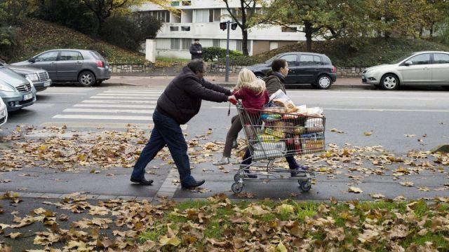 un-couple-a-sevran-en-banlieue-de-paris-le-13-novembre-2012_4886357