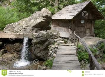 moulin-à-eau-dans-le-roumain-banat-41389245